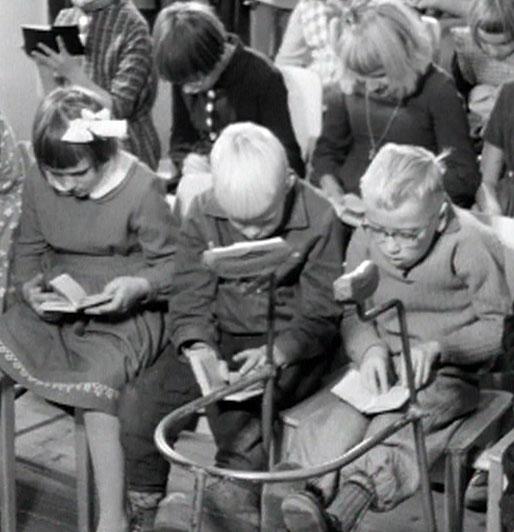 Vanha kuva, jossa vammaisia lapsia koulussa