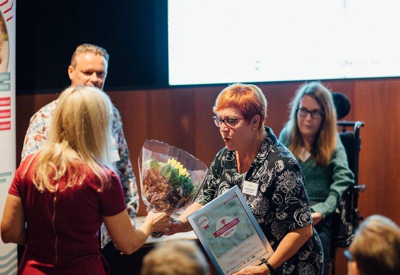 kunniakirjan luovutus Helena Nurmikoskelle